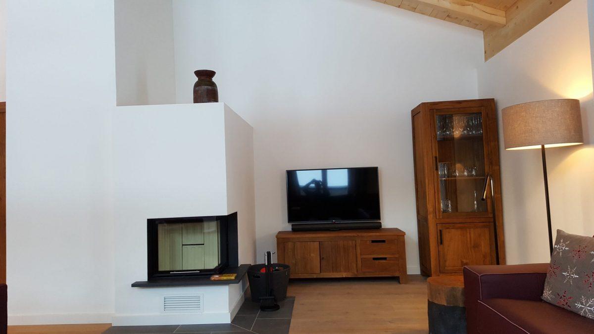 Oostenrijkst-Niederrau-Penthouse-woonkamer-open-haard